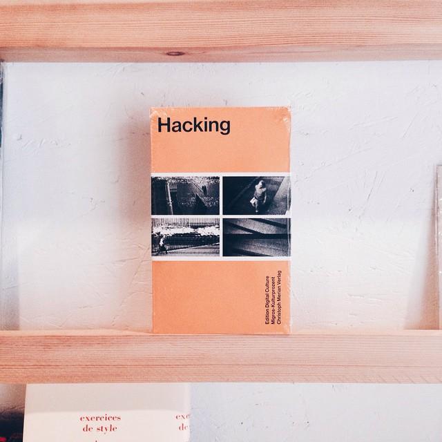 Hacking-EditionDigitalCulture2ハッキングはメディアアートにとって重要なファクターになってる。アーティストたちはどのように利用してるんだろうか?