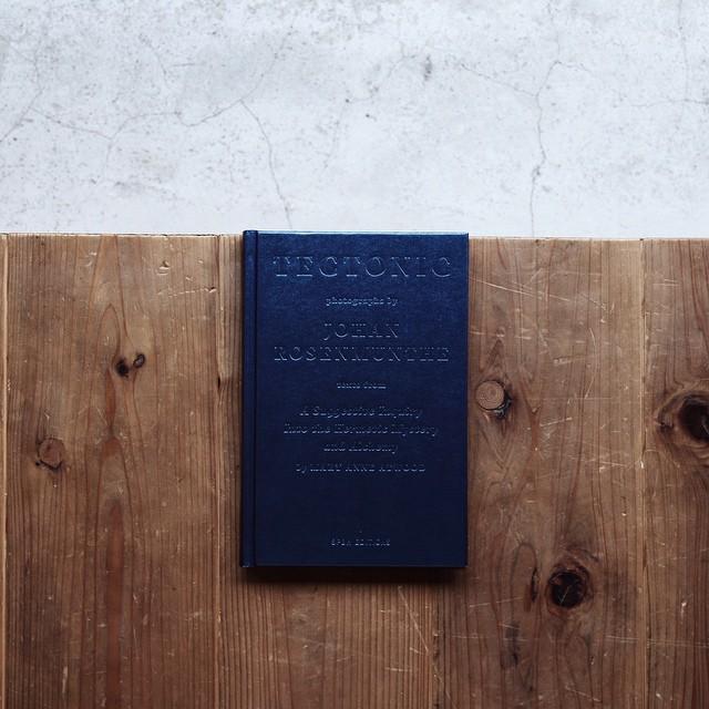 JohanRosenmunthe /TECTONICコペンハーゲンを拠点に活動するデンマーク人アーティストJohanRosenmunthe(ヨハン・ローゼンマンス)の作品集。本書は、パワーストーンやシンボリズム(賢者の石など)、ヒーリングパワー(クリスタルヒーリング)、重量、表面といった石にまつわる様々な視点を元に考察した作品は収録されている。1850年の発表後すぐに禁書扱いとなったイギリス人錬金術研究家のMaryAnneAtwood(マリー・アン・アトウッド)唯一の著書「ASuggestiveInquiryintotheHermeticMystery」のテキストが随所に引用されている。表紙の素材もキラキラ。マテリアルの資料にどうぞ。