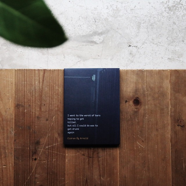 CiáranÓgArnold /IWENTTOTHEWORSTOFBARSHOPINGTOGETKILLED.BUTALLICOULDDOWASTOGETDRUNKAGAIN 〈殺されたいと願いながら、この世で一番最悪なバーに行った。でもそこで唯一できたのはまた酒を呑むことだった〉という、アメリカ人詩人・作家のチャールズ・ブコウスキーの詩をタイトルに引用した本書。アイルランドのサック川沿いにあるバリナスローという町が舞台となっています。「FirstBookAward」2015年グランプリ受賞。こんなに長いタイトルは初めてです。