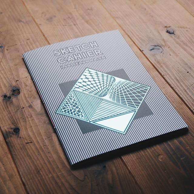 HansjeVanHalem/SketchCahierアムステルダムのグラフィックデザイナーHansjevanHalem。彼女は主にタイポグラフィやブックデザインを専門にし様々な作品を制作しています。以前出版した'Sketchbook'に新しい作品を合わせてコンパイルした作品集です。表紙がキキラキラしてます
