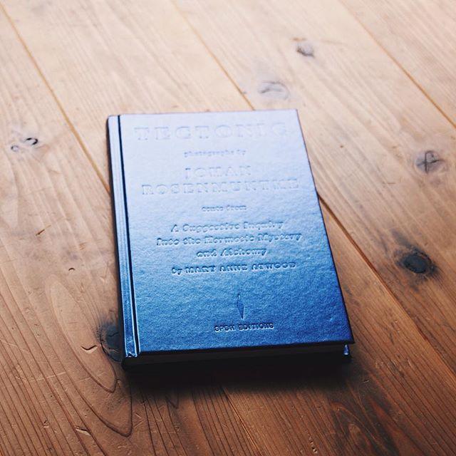 JohanRosenmunthe / TECTONIC再再入荷。石にまつわる様々な視点を元に考察した作品が収録されている本。