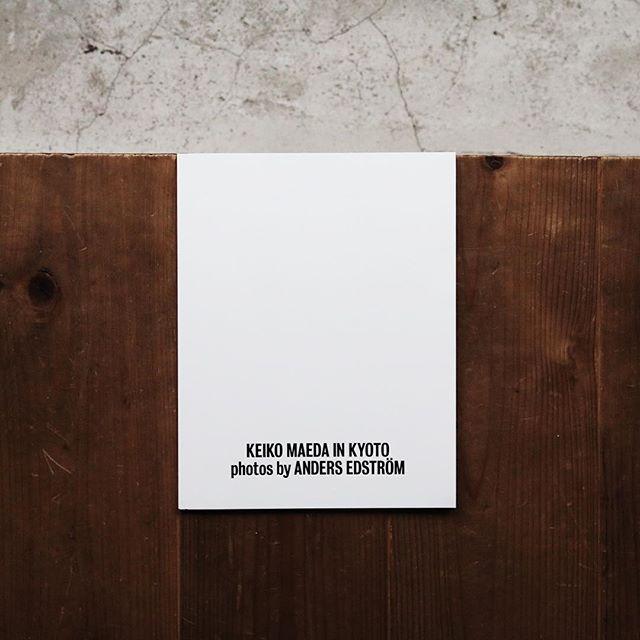 """KeikoMaedainKyotoPhotosby AndersEdström2010年から2014年にかけてCosmicWonderが発信した、 有機的環境との調和、自然との共生に指針をおいた制作活動のプロジェクト""""TheSolarGarden""""。 本書は、その活動中期にあたる2011年から2012年までの間、""""TheSolarGarden""""を身に纏うKEIKOMAEDAを、 京都にてアンダース・エドストロームが撮影した写真を集録したものです。 4年に渡るTheSolarGardenプロジェクトの実践と活動をへて、CosmicWonderは2014年よりあらたに、 そのコンセプトを内包し、原日本の文化が息づく循環の中に生きる精神性に根ざした表現活動を深めています。 宇宙とつながる自然の環は、ゆるやかな和を成し、新たな作用を繰り返す。 完成するストーリーの中に、はじまりの感覚と新たな光を見つけるように。 日本在住のジャーナリスト、文筆家CameronAllanMcKeanによる書き下ろしエッセー""""INGLASS""""を収録。"""