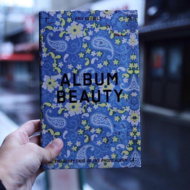 ErikKessels / AlbumBeauty生と死、成長や友情、喜びや悲しみを、思い出のすべてを記録するものとしてかつてどこの家庭にもあったアルバム。デジタル社会の中で消えゆく「写真アルバム」を世界中から集められた名もなき一枚の写真たちで作り上げた、美しい叙情詩のような一冊。思い出はうつくしい。