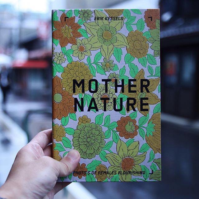 "ErikKessels / MotherNatureAlbumBeautyの続編ともいえる今作は、同じくKesselのファウンド・フォトコレクションの中から""花の前に立つ女性""だけを集めて作った写真集。繰り返しの中に垣間見える時間や場所、世代や文化の変化に、女性たちの人類学的な面白さも発見できる。女性はうつくしい。"