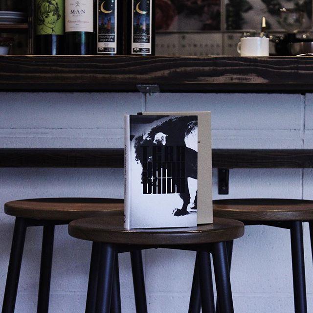 Daido Moriyama: Terayama [ 英語版 ]長らく絶版となっていた寺山 修司の隠れた名エッセイ集『スポーツ版 裏町人生』と、それをイメージし森山大道自身がプリントした200枚の写真。町口さんのブックデザインも秀逸です。