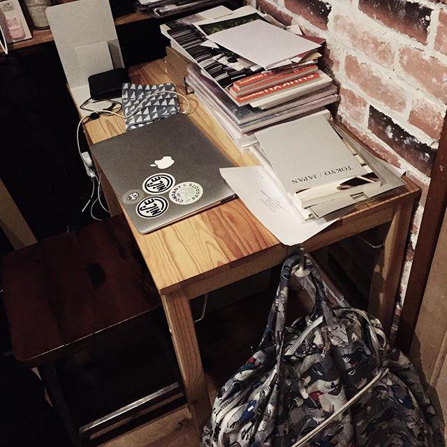 久しぶりにお店きたら机が!ほんで、しばらく留守の間に届いた本がたくさん。今日からもりもり出していきます。