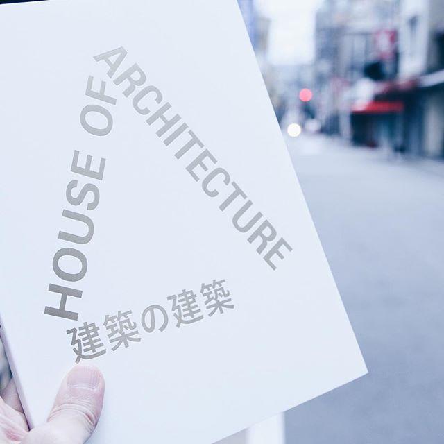 飯沼珠実 / 建築の建築 - House of Architectureパリを拠点に活動している飯沼珠実の作品集。舞台は当時彼女の通学路だった上野の森。上野の森と彼女の関係性、写真から気持ちが伝わってきます。