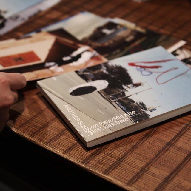リーバイ・パタ+黄瀬麻以 / ANOTHER SUNSETサンフランシスコのオーシャン・ビーチ・ライフをテーマにした、画家リーバイ・パタと写真家・黄瀬麻以のコラボレーション作品のポストカードブック。