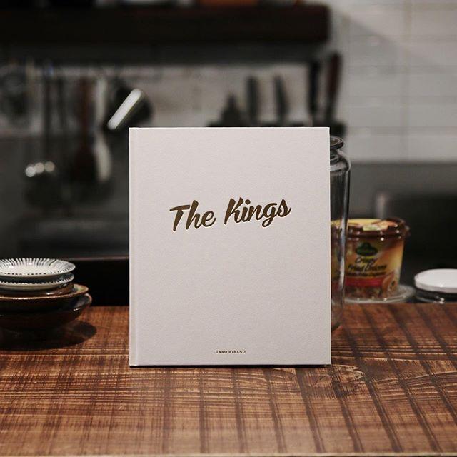 平野太呂 / The Kingsエルビスプレスリーの命日である8月16日にメンフィスで開かれているエルビスウィークと称されたフェスティバル。そこに世界中から集まったエルビスのモノマネをしている人(トリビュート・アーティスト)を撮影した本作。エルビスのことが好きで好きで好きでしょうがない感じがニヤッとさせられます。