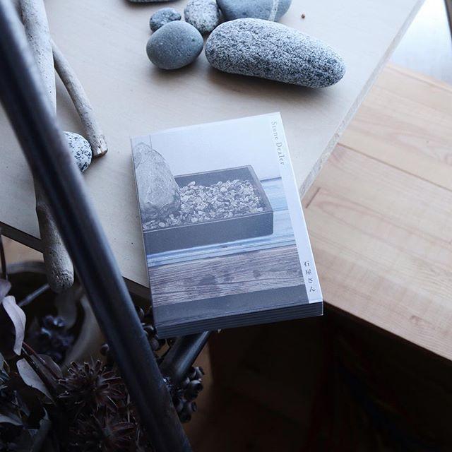 桑原真理子 / 石屋さんアーティスト桑原真理子が群馬県鬼石町(おにしまち)で出会った8人の石屋さんとの対話を収録。彼らは今では商業価値を失ってしまった石に対して、未だに独自の文化的価値を見出しており、それがどんなものであるかそれぞれの観念から話しています。新鮮なデザインで日本の伝統文化を紹介するアートブックです。
