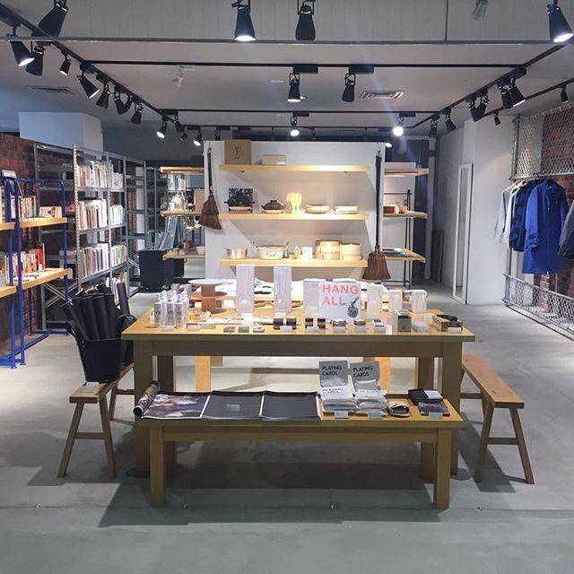 [ pop up shop ]本日より京都藤井大丸7Fにて期間限定のミックスアップショップイベントanostoreを開催しています。京都で活躍しているお店が方向性関係なく混ざり合っているイベントです!今回、本も充実していて関西に拠点をおくアート系出版社やディストリビューター、本屋に集まってもらっています。お時間ある方はぜひ遊びにいらしてください。 — BOOKS参加者akaakabook of daysちのり文庫青幻舎FOILideabooksYUYBOOKS学芸出版社 ▽詳細はこちらhttp://anostore.xyz/